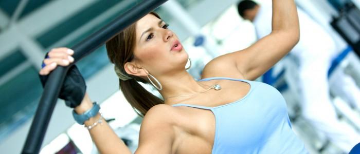Opravdu silový trénink zmenšuje velikost poprsí u žen?
