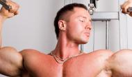 Cviky na bicepsy s kladkami a na strojích