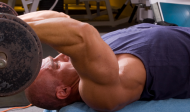 Cviky na tricepsy s velkou činkou